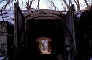 火薬庫へのトンネル