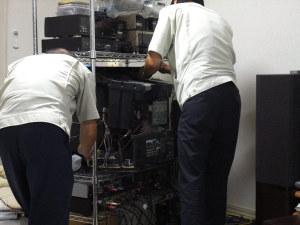 ソニーサービスマンお二人で修理中