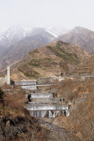 砂防ダムと太平山を望む