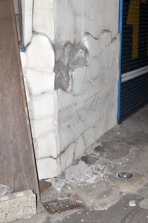 少し壁が崩れてる作業着屋さん