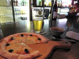 まずはビールとピザを
