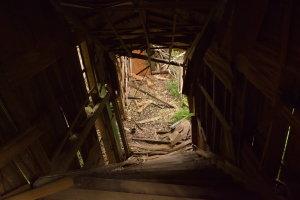 歪む階段はもう使えない
