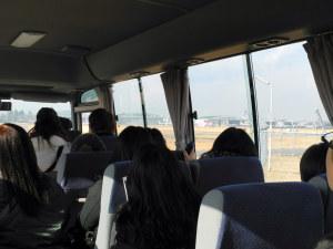 バスで基地内を移動中