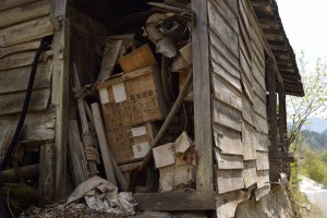廃家屋に置かれた電気雷管の箱
