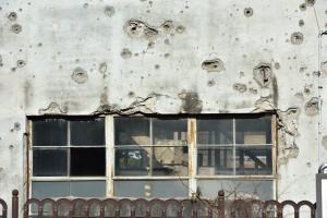 無数の弾痕と古い階段