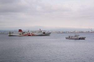 函館湾で消火作業した「さんふらわあ だいせつ」