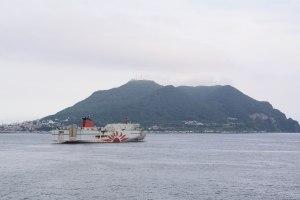 函館山と「さんふらわあ だいせつ」