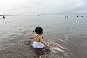 娘氏、初の海水浴
