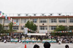 小学校校庭で運動会
