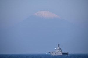 輸送艦「おおすみ」と富士山