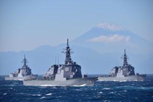 イージス艦3隻と富士山