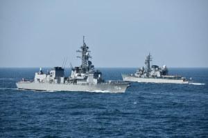 護衛艦「さみだれ」と練習艦「しらゆき」