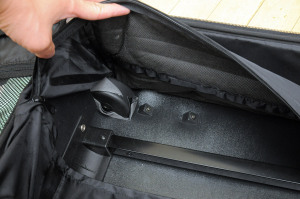 スーツケースの裏側からキャスターネジを外す
