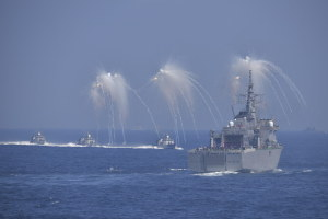 フレアを発射するミサイル艇