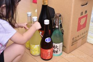 瓶を並べる娘