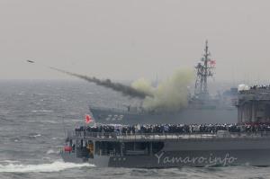 護衛艦「ゆうべつ」から発射されるボフォースロケット