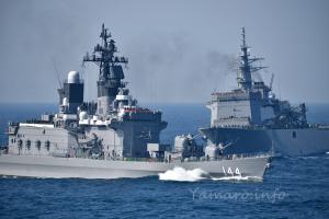 護衛艦「くらま」と掃海母艦「うらが」