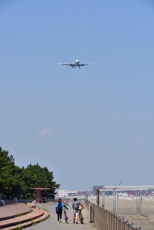 22滑走路に降りる航空機