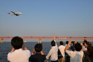 船上から羽田への着陸機が見えます