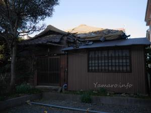 瓦が剥がれた家
