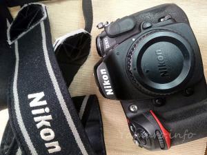 Nikon D300のストラップを外す