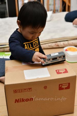 Nikonの箱で遊ぶ息子