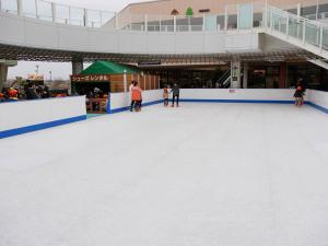 氷ではなく樹脂パネルのスケートリンク