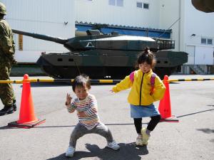 10式戦車と子供ら