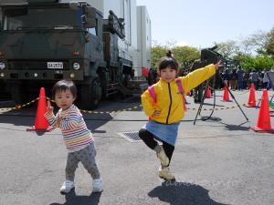 81式地対空誘導弾と子供ら