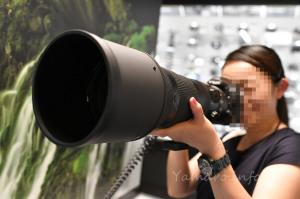 AF-S NIKKOR 180-400mm f/4E TC1.4 FL ED VRを手持ちする妻