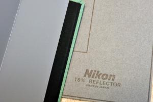 NikonとSEKONICの18%標準反射板 色が違います