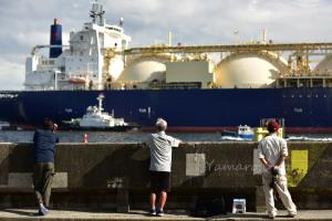 天然ガスタンカーを眺める