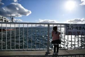 娘と船を眺める