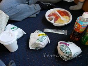 夕飯はラッキーピエロで買ったハンバーガーとオムライス