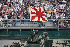 自衛隊旗を掲げる96式装輪装甲車の隊員