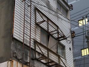 古びた窓やひさしの枠