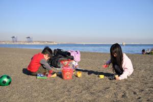 城南島海浜公園で砂遊び