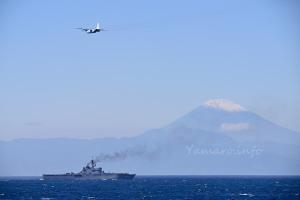 富士山と輸送艦「おおすみ」とC-130R