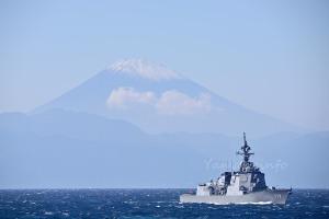 富士山と護衛艦「あたご」