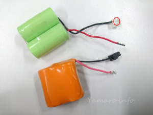 外した電池(SONY製)と、取り付けるPanasonic製電池