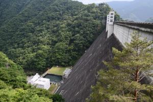 建造から半世紀以上経過するけどどっしりと構える小河内ダム