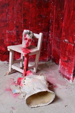 マネキンと赤い部屋