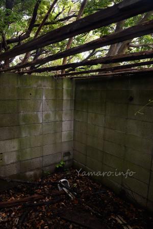 屋根のないトイレ