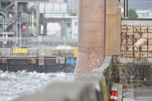 台風により波飛沫が道路まで