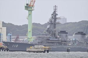 定期整備中の護衛艦「たかなみ」
