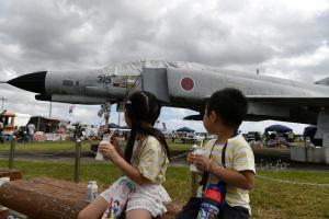 F-4EJ改(37-8319)を背に