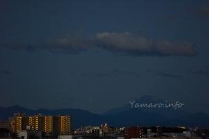 台風一過の夜明けと富士山
