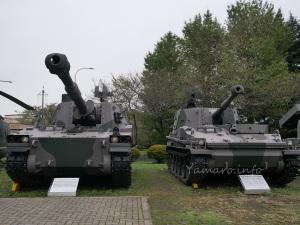 75式自走155mmりゅう弾砲(左)と74式自走105mmりゅう弾砲