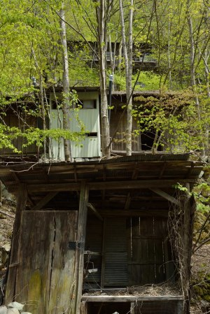 傾斜地に佇む廃屋