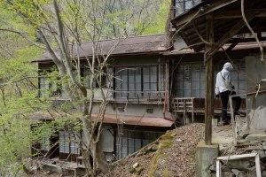 傾斜地に佇む廃屋2